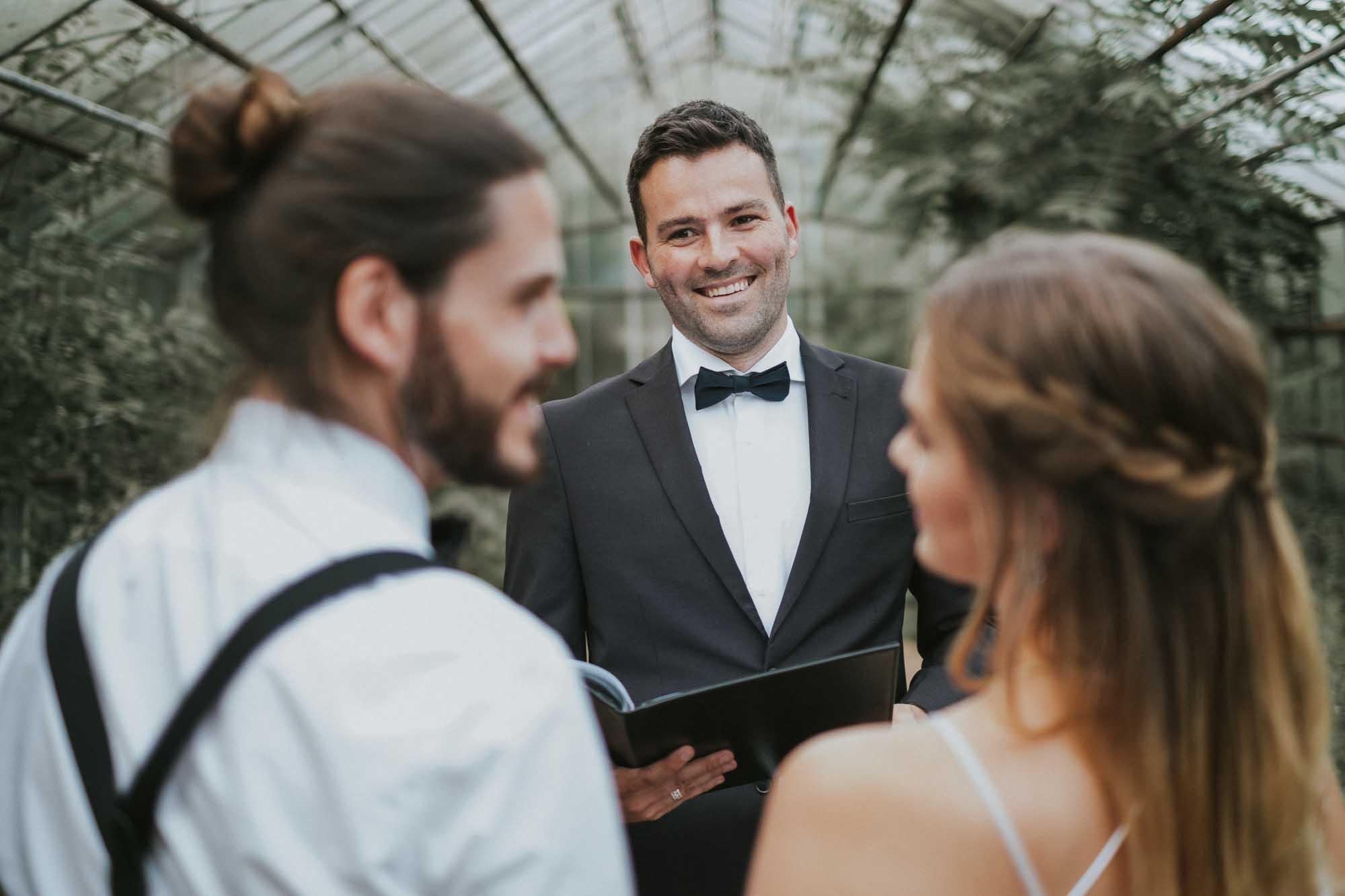 Glückliches Brautpaar bei einer Freien Trauung mit Trauredner Martin