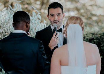 Freie Trauung mit Hochzeitsredner Martin Fett. Foto von Hochzeitsfotografin arianefotografiert