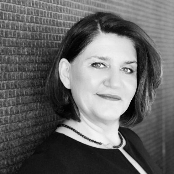 Silvia ist Traurednerin Bayern im Team von martinredet für deutsch-persische Trauungen Freie Rednerin iranisch