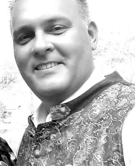 Hochzeitsredner-Christian-aus-Bad-Abbach-im-Team-von-martinredet-ist-Euer-Trauredner-in-Bayern-für-Eure-Freie-Trauung-in-München-und-Umgebung-blackwhite