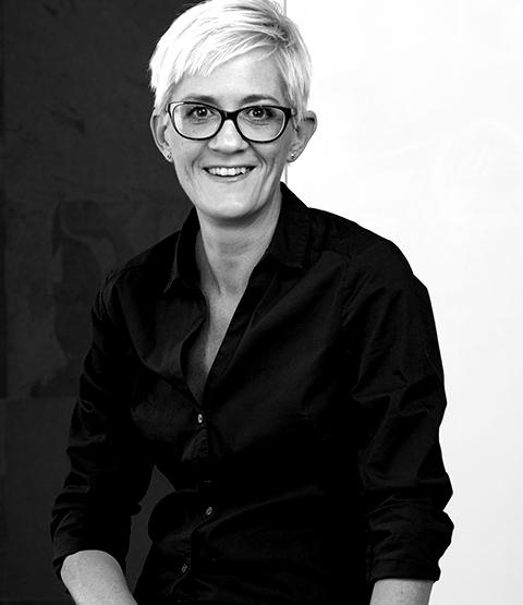 Traurednerin-Bianca-ist-Freie-Rednerin-im-Team-von-Hochzeitsredner-Köln-martinredet-Freier-Redner-Freie-Trauung-Köln-blackwhite