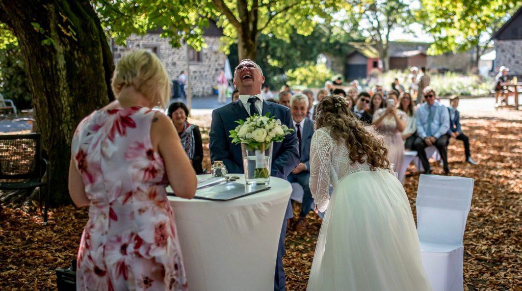 Trauredner Much Freie Trauung NRW martinredet Hochzeitsredner Brautpaar lacht